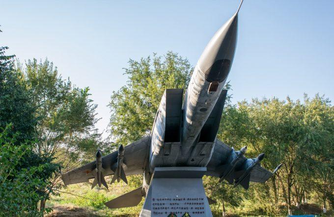Памятник самолет МиГ-25ПД в Верхнеподпольном